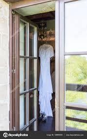 Rustikale Brautkleid Hängen Kronleuchter Im Zimmer
