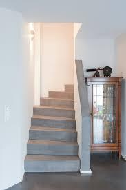 Via estudio levert béton ciré pro, een watervast stucwerk voor (badkamer) vloer en wand, keukenblad, meubels etc. Beton Cire Treppen Zeitloses Design Von Raumkonzept Trier
