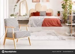 Gemusterte Holz Sessel Roten Schlafzimmer Innenraum Mit Decke Auf