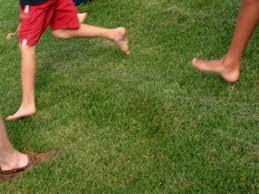 Risultati immagini per bambino a piedi nudi