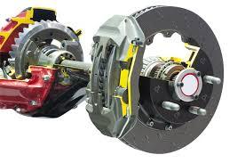 il se peut dans cerns cas que le piston de l étrier de frein se grippe avec le temps et provoque une pression sur les plaquettes vers le disque