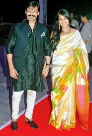 Dressed in a bright yellow kurta, the actor had a little ceremony after which he and his father suresh oberoi, bid. Vivek Oberoi Wiki Age Wife Children Family Biography More Wikibio