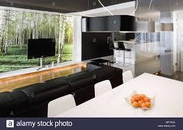 Weiß Esstisch Und Stühle Hinter Schwarzen Leder Sofa Fernsehen Vor