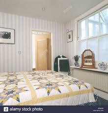 Gelbe Und Weiße Flickenteppich Auf Bett Im Schlafzimmer Stadthaus