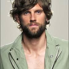 Muž S Kudrnatými Vlasy Pánské účesy Pro Kudrnaté Vlasy