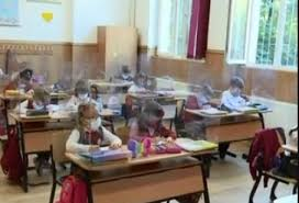 PRIMA ZI DE ŞCOALĂ. Cum se desfăşoară cursurile la clasa I într-o şcoală din Bucureşti: jumătate dintre elevi din clasă, jumătate acasă