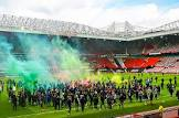 אוהדי יונייטד פרצו למגרש, המשחק נגד ליברפול נדחה