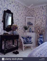 Blaue Und Weiße Tapete Im Schlafzimmer Mit Weißen Korbstuhl Und