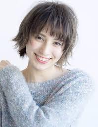 面長さんに似合う外ハネショートヘアta 324 ヘアカタログ髪型