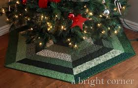 A Bright Corner: Quilted Christmas Tree Skirts & lovely Christmas tree skirt (+pattern!) Adamdwight.com