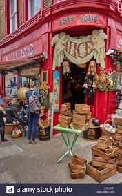 Portobello Road im Stadtteil Notting Hill des Royal Borough of Kensington  und Chelsea im Westen von London Stockfotografie - Alamy