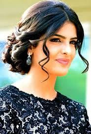 إنها ككل امرأة عربية تتمتع بشعر كثيف أسود اللون ولماع