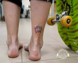 маленькая тату лотоса в стиле акварель на лодыжке фото татуировок