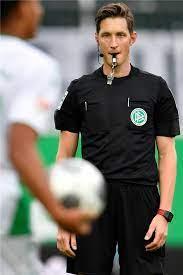 © picture alliance / dpa. Bundesliga Schiedsrichter Im Arztkittel