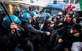 Covid, sit-in a Roma contro chiusure: scontri tra manifestanti e polizia.  VIDEO