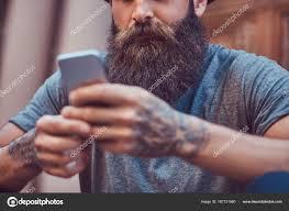 красивый битник мужчин бородой стильный татуировка руки одетые