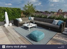 roof deck furniture. Luxuriöse Dachterrasse In London Mit Schnittholz Terassendielen, Zeitgenössische Pflanzmaschinen üppiger Stockbild Roof Deck Furniture