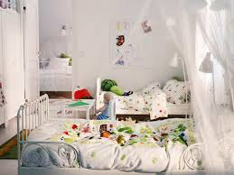 Shared Kids Bedroom Ideas With Colorful Quilt And White Venetian Canopy
