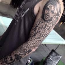 рукав с портретами надписями и розой фото татуировок