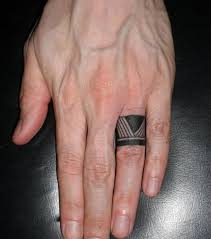 bague tattoo tribal tres discret sur doigt homme tatouages Wedding Ring Finger Guys tattoo picture \