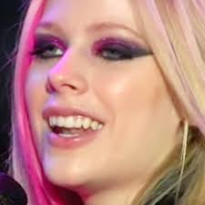 you avrillavignevevo leave a ment avril lavigne wears bold eye