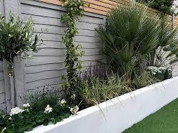 No caso de uma casa de estilo rústico, pode recorrer à madeira e percorrer os seus tons diversos, do cinza ao. Cores Para O Muro Do Jardim Duvida De Alessandra Camilo Hardecor