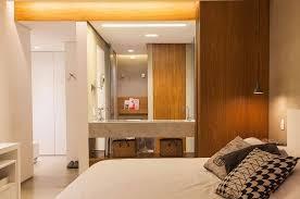 decoração com revestimento em madeira para quarto com closet e banheiro foto studio ena arquitetura