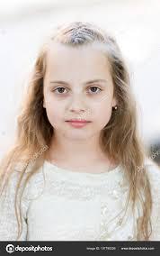 Dívka S Dlouhými Vlasy Na Klidný Obličej Světlé Pozadí Kluk Holka