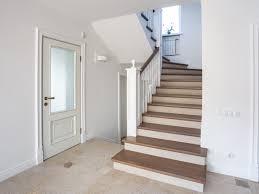 Zwischen treppe und tür ist ein treppenabsatz anzuordnen, der mindestens so tief ein soll, wie die tür breit ist. d.h. Vorschriften Zum Treppenbau Din 18065 Bauen De