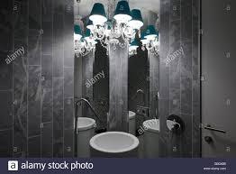 Kronleuchter Und Wasserbecken Mit Zwei Spiegel Die Auf Ein