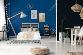 Glamour Blau Offenes Schlafzimmer Mit Lampe Holzrahmen Gold