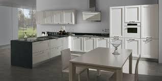 Tiarch.com cucina bianca e legno wenge