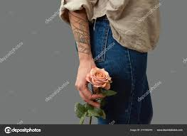 Voňavé Květiny Drží ženské Ruce Tetování Kolem Tmavé Pozadí Kopie