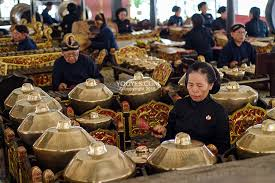 Salah satu alat musik tradisonal yang paling terkenal hingga mendunia adalah gamelan. Pertunjukan Gamelan Orkestra A La Jawa