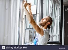 Handwerker In Latzhosen Installieren Oder Einstellen Der Kunststoff
