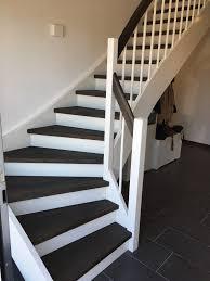 Standardmäßig wird der handlauf 85 zentimeter über der treppenwange montiert. Weisse Treppe Mit Ebenholz Geoelten Stufen Handlauf Uhde Bauelemente In Gittelde Ihr Partner In Osterode Seesen Und Goslar