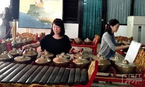 Lalu dipadukan dengan berbagai alat musik yang asli berasal dari tionghoa, seperti kongahyan, sukong, dan tehyan. Warga Jepang Rutin Belajar Gamelan Jawa Di Anjungan Diy Tmii Cendana News