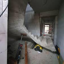 Estrichelemente werden auf den eigentlichen boden eines raumes gelegt und können ihrerseits untergrund für eine weitere bodenschicht wie etwa einen teppichboden sein. Boklund Schwere Verletzungen Arbeiter Wird Zwischen Treppe Und Wand Eingeklemmt Shz De