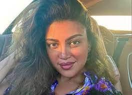 ريهام حجاج تستعرض جمالها من داخل سيارتها.. شاهد