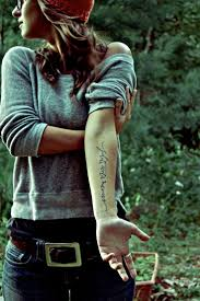 разные надписи на теле девушек фразы для тату