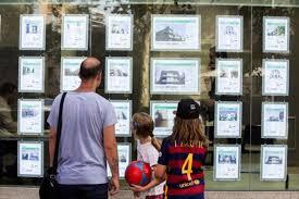 una familia delante de una oficina inmobiliaria