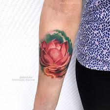 фото женской цветной татиуровки на руке в стиле реализм цветок лотос
