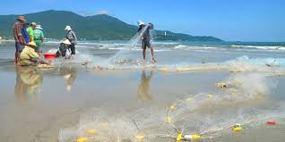 danang fun guide and vietnam resorts review fishermen check their nets on danang s china beach
