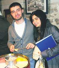 Garipoğlu Ailesinin Münevver Karabulut Cinayetinin İşlendiği Koltukta  Fotoğraf Paylaştığı İddia Edildi - onedio.com