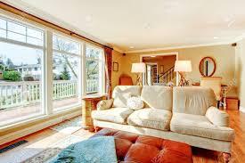 Helle Warme Farben Wohnzimmer Mit Rustikalen Möbeln Und Boden Bis