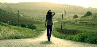 Resultado de imagen para mujer caminando de espaldas
