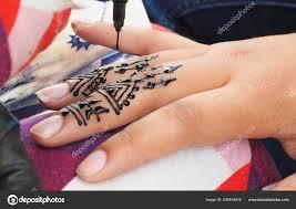 ручной татуировки хной на девочек в марокко стоковое фото Luaeva