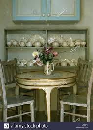 Traditionelle Esszimmer Mit Rundem Goldenen Tisch