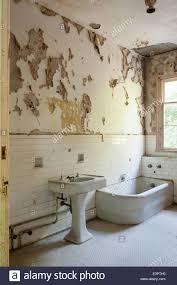 Altes Badezimmer Mit Zerrissenen Peeling Tapete Weiße Wand Fliesen