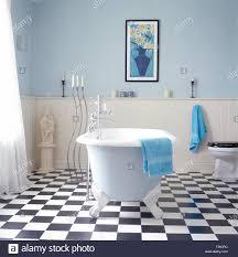 Schwarz Weiß Checkrboard Fußboden Im Badezimmer Mit Freistehender